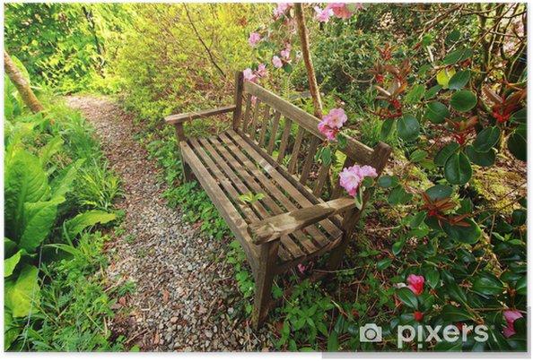 Poster Beau jardin romantique avec banc en bois et arbres de l ...