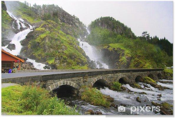 Poster Beau paysage de cascade avec le vieux pont - Eau