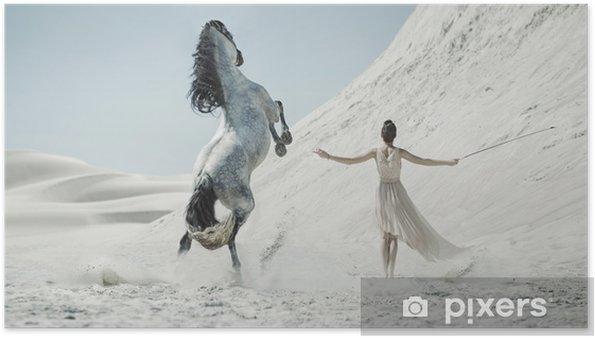 Póster Bella dama con enorme caballo en el desierto - Gente