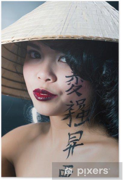 Poster Belle femme asiatique brune aux cheveux longs noir porte vietna - Femmes