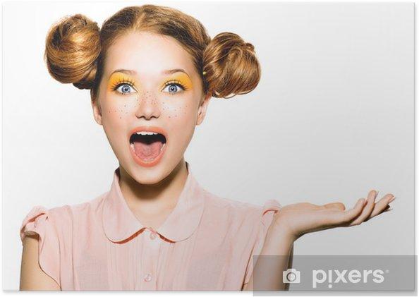 Poster Belle joyeuse fille de l'adolescence avec des taches de rousseur et maquillage jaune - Adolescents