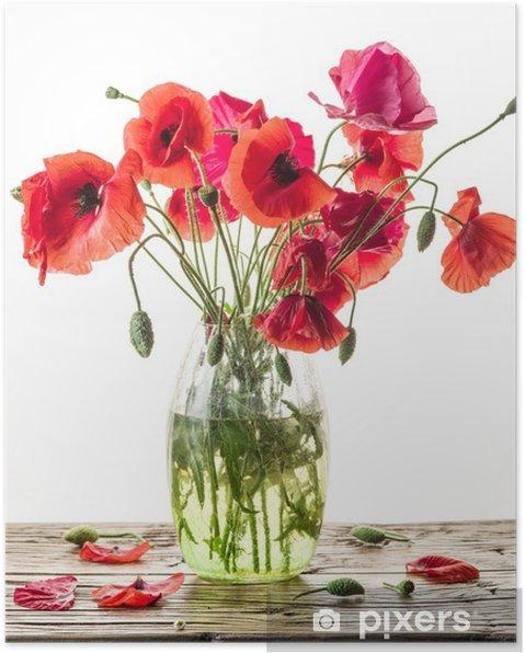 Poster Boeket van papaver bloemen in de vaas op de houten tafel. - Bloemen en Planten