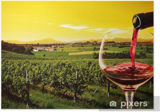 Poster Boire dans le vignoble au coucher du soleil - Alcool