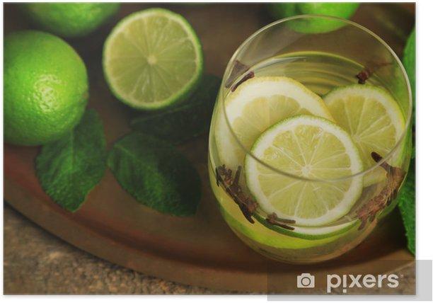 Poster Boisson fraîche d'été avec de la chaux et les clous de girofle dans le verre, - Fruits