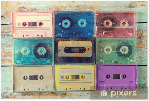 Poster Bovenaanzicht (boven) schot van retro cassette op houten tafel - vintage kleur effect stijlen. - Hobby's en Vrije tijd