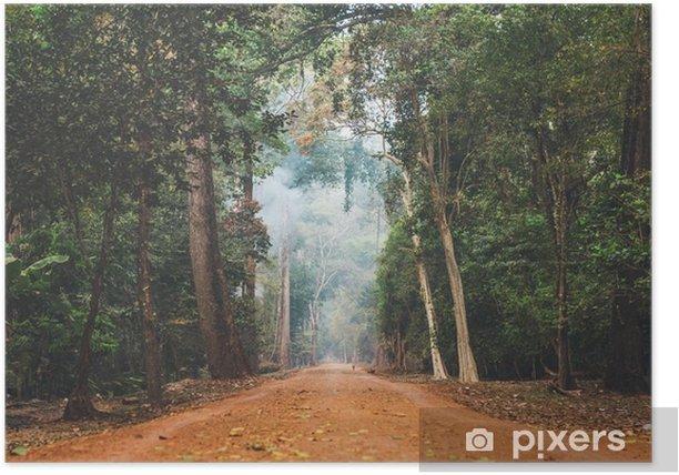 Póster Camino de tierra que se extiende a través de la selva de Camboya. - Paisajes