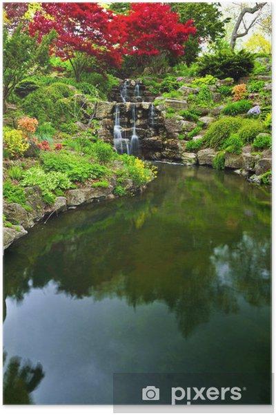 Poster Cascade et un étang dans le jardin japonais