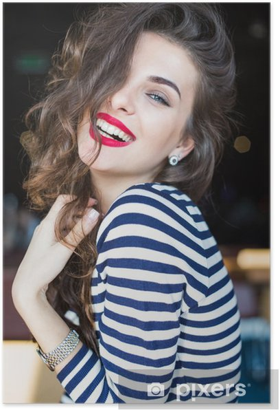 Póster Cerca de un retrato de la hermosa mujer joven y sonriente - Gente