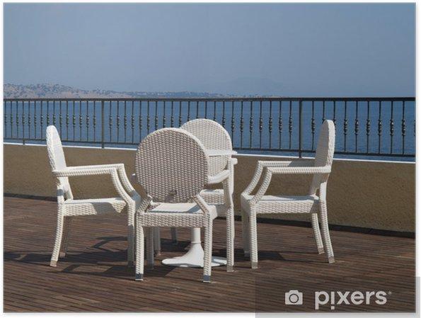 Poster Chaises En Osier Blanc Et Table Sur Une Terrasse De Lhotel Bois Ou Dun Patio