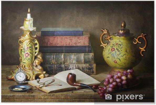 Poster Classique encore la vie avec des antiquités, livres anciens, vieux tuyaux, verres, montre de poche et les raisins sur la table en bois rustique. - Nourriture