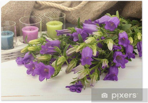 Poster Clochettes bleues, des bougies et toile de jute sur blanc bois - Fleurs