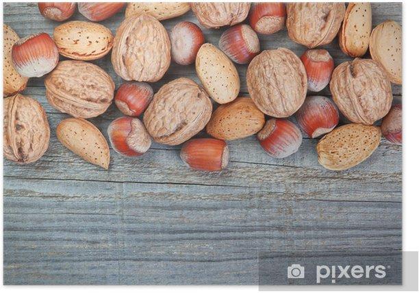 Poster Contexte de la planche de bois vieux et les noisettes et les noix. - Thèmes