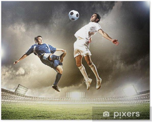 Poster Deux joueurs de football de frapper la balle - Réussite
