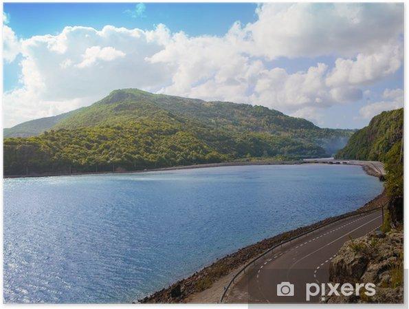 Póster El camino entre colinas en el lago. Mauricio - África