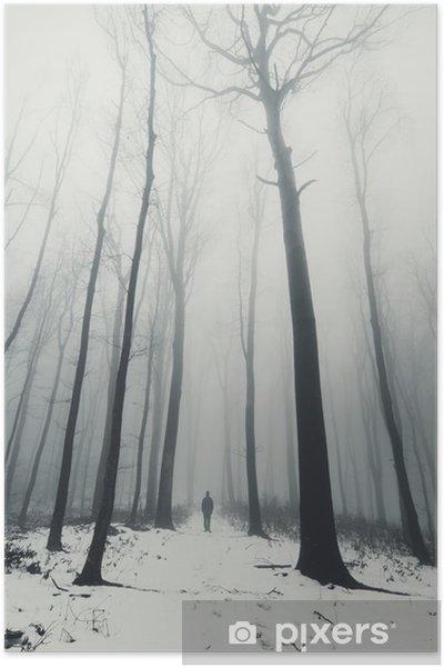 Póster El hombre en el bosque con árboles altos en invierno - Paisajes