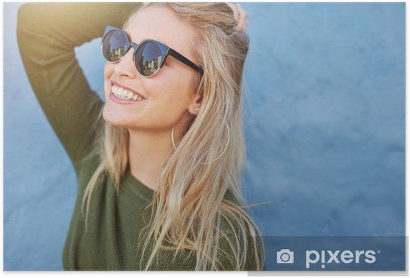 Poster Enthousiaste jeune femme dans des lunettes de soleil - Personnes