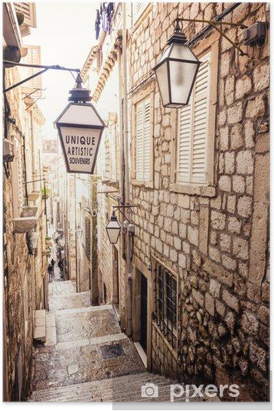 Póster Escaleras empinadas y estrecha calle en el casco antiguo de Dubrovnik - iStaging