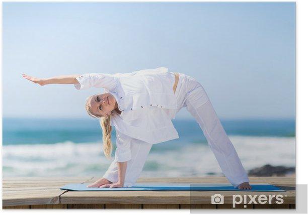 Poster Femme aîné s'exerçant sur la plage - Pour école de yoga