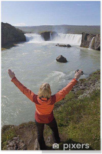 Poster Femme célébrant à la cascade de Godafoss, Islande - Europe