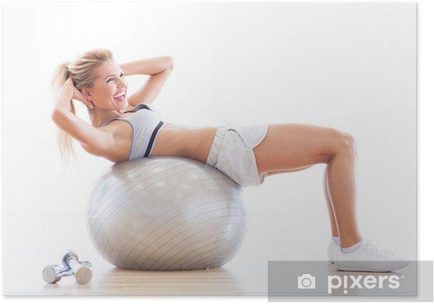 Poster Femme exerçant sur un ballon de fitness dans une salle de gym - Sports individuels