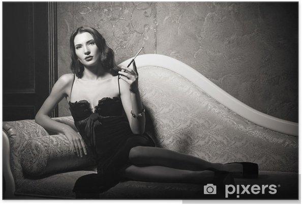 qualité-supérieure 2019 authentique double coupon Poster Film noir style: élégant jeune femme allongée sur le canapé et de  fumer la cigarette. Noir et blanc