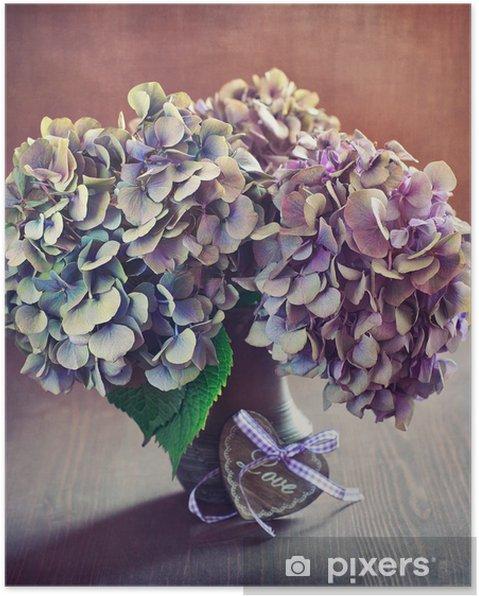 Póster Flores de hortensias moradas y un corazón de madera sobre una mesa. - Celebraciones internacionales