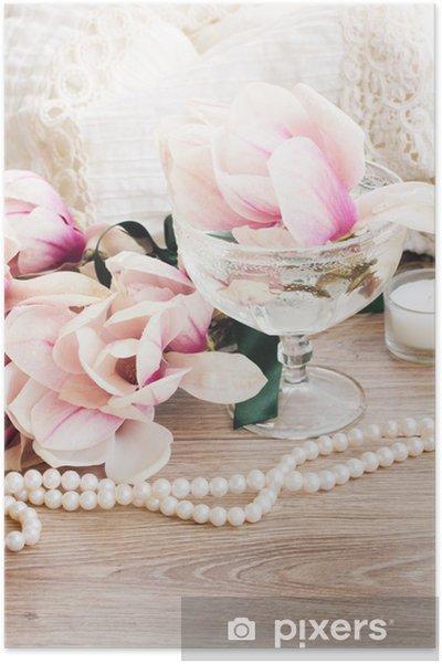 Póster Flores de magnolia con perlas de mesa de madera - Felicidad