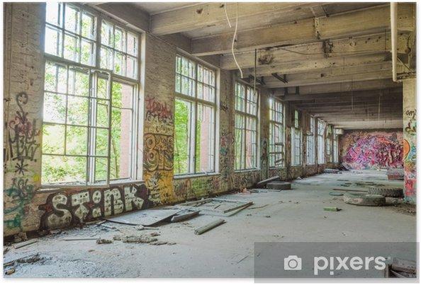 Poster Grote ramen in de oude verlaten fabriekshal - Industriële en Commerciële Gebouwen