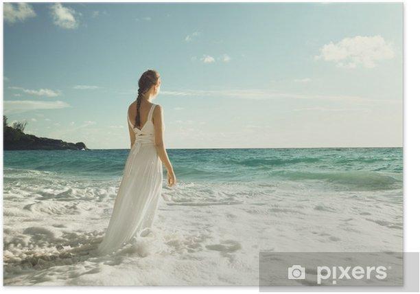 Poster Jeune femme debout dans les vagues de la mer - Vacances