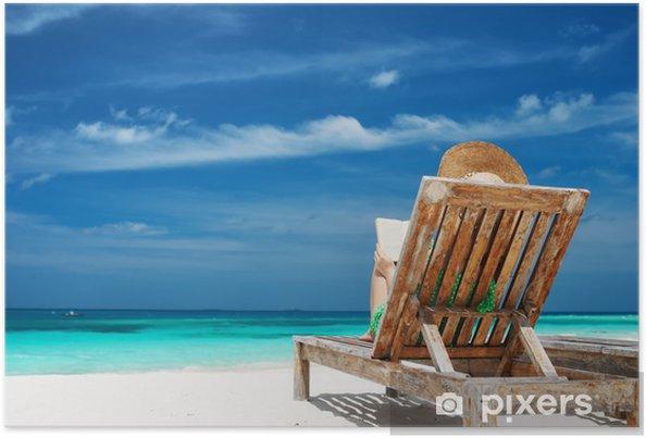 Póster Joven mujer leyendo un libro en la playa - Vacaciones