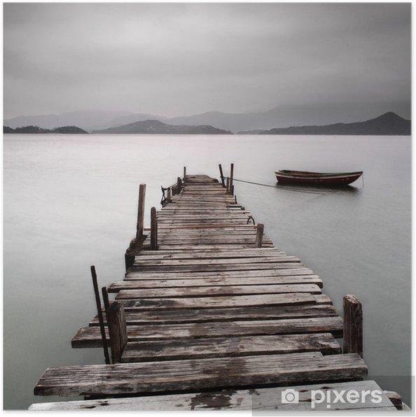 Poster Kijkt uit over een pier en een boot, lage verzadiging -