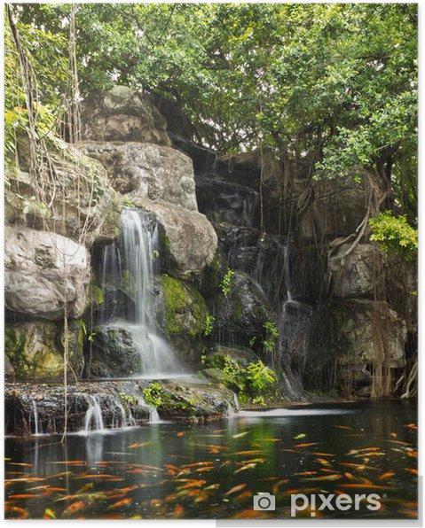 Poster Koi poissons dans l\'étang dans le jardin avec une cascade