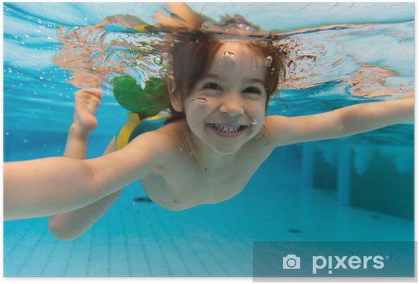 Poster La jeune fille sourit, nager sous l'eau dans la piscine - Vacances