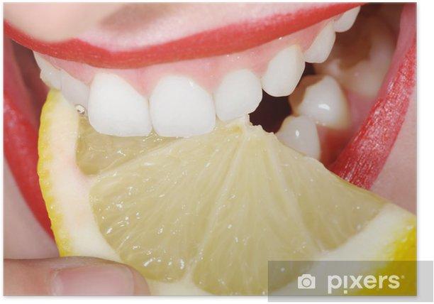 Lächeln und Biss mit Zitrone, Mund close up Poster - Themes