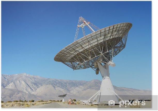 Poster Les antennes paraboliques dans le désert / ciel bleu clair - Désert