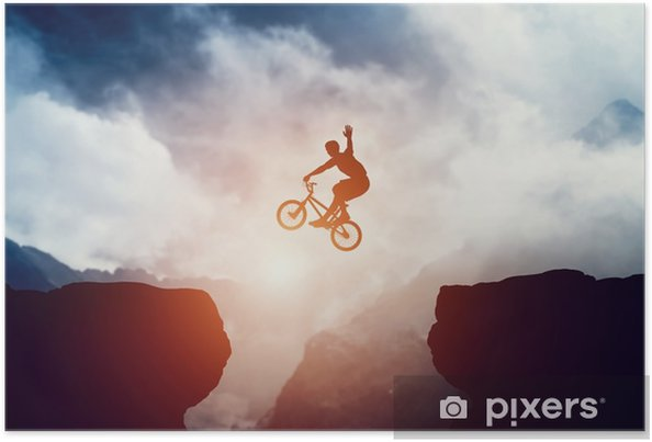 Poster Man hoppar på bmx cykel över nederbörd i berg vid solnedgången. - Idrott