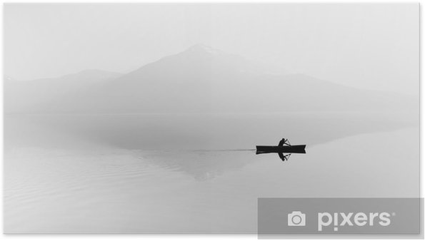 Poster Mist over het meer. Silhouet van de bergen op de achtergrond. De man drijft in een boot met een peddel. Zwart en wit - Hobby's en Vrije tijd