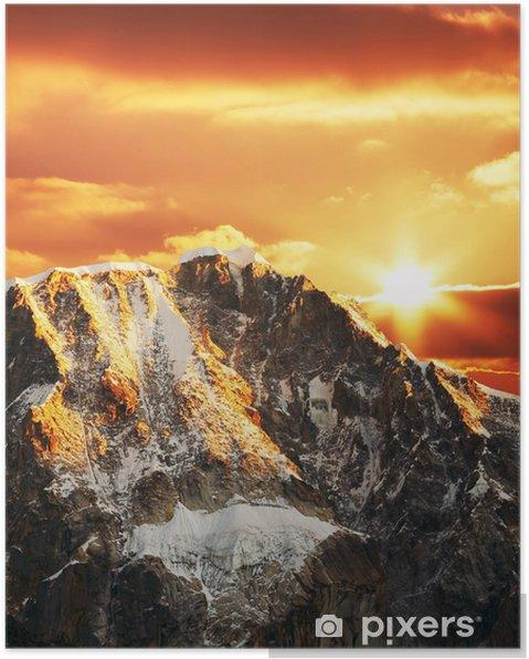 Póster Montaña de las cordilleras en puesta del sol - Montañas