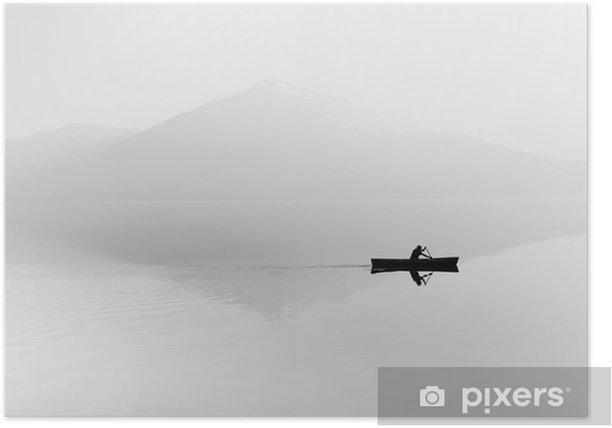 Póster Niebla sobre el lago. Silueta de montañas en el fondo. El hombre flota en un barco con una paleta. En blanco y negro - Hobbies y entretenimiento
