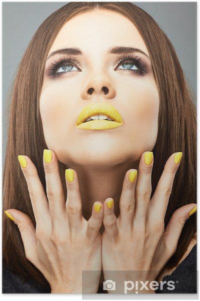 Poster Ongles et les lèvres jaunes. Femme de beauté -