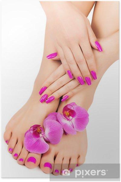 Poster Ontspannen roze manicure en pedicure met een orchidee bloem - Lichaamsdelen