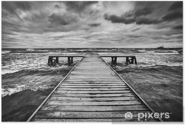 Poster Oude houten steiger tijdens storm op zee. Dramatische hemel -