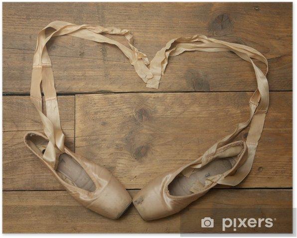 Poster Paire de chaussures de ballet sur plancher de bois - Ballet