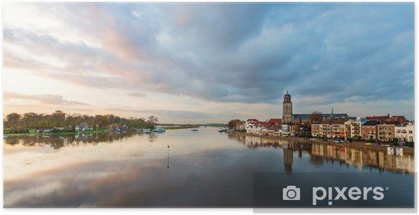 Poster Panoramisch uitzicht op de rivier van de Nederlandse historische stad Deventer - Europa