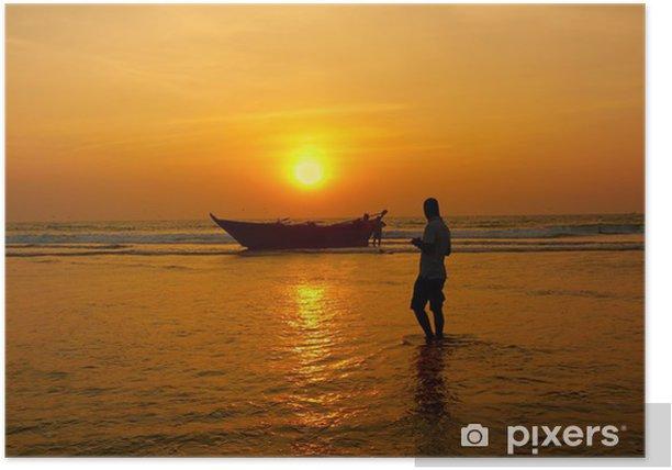 Poster Pêcheur et le bateau contre le soleil couchant - Asie