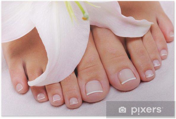 Poster Pédicure française sur un pied féminin - Beauté et soins du corps