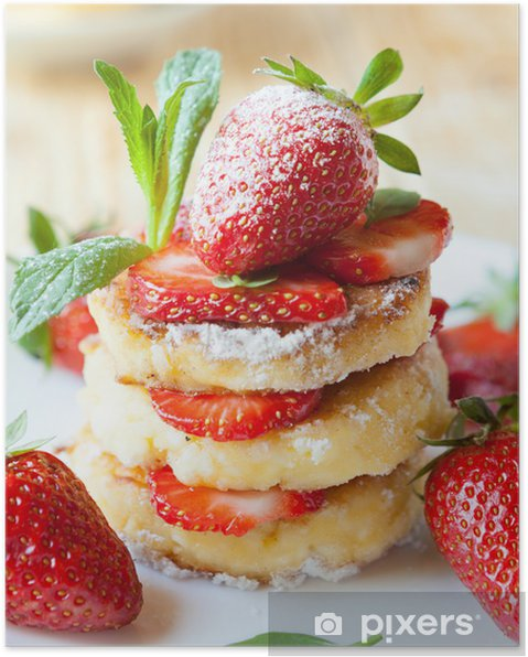 Poster Pile de crêpes maison de caillé avec des tranches de fraises - Thèmes