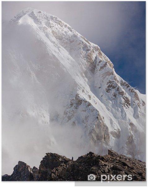 Poster Randonneur posant à la caméra sur le trek dans l'Himalaya, au Népal - Thèmes