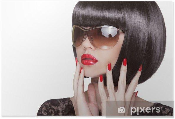4229a904a8 Póster Retrato de moda de mujer morena en gafas de sol mostrando hombre rojo