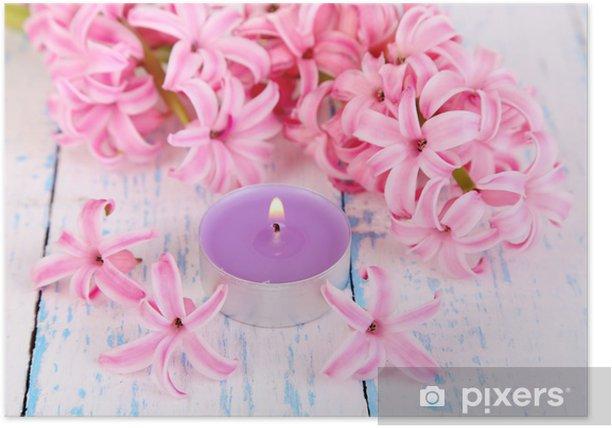 Poster Roze hyacint met kaars op houten achtergrond - Bestemmingen